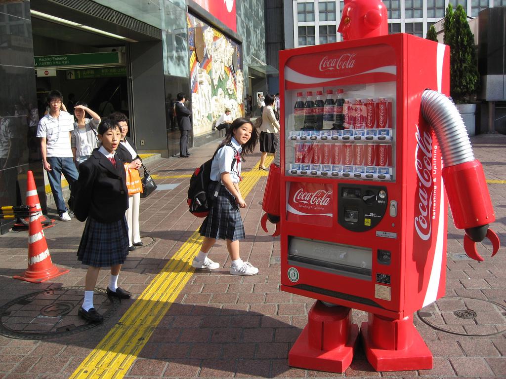 إحدى ماكينات بيع الكوكاكولا في اليابان