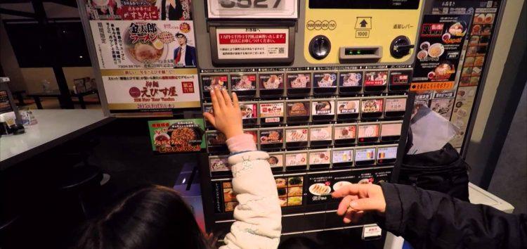 ما لم تكن تعرفه عن ماكينات البيع الآلية في اليابان