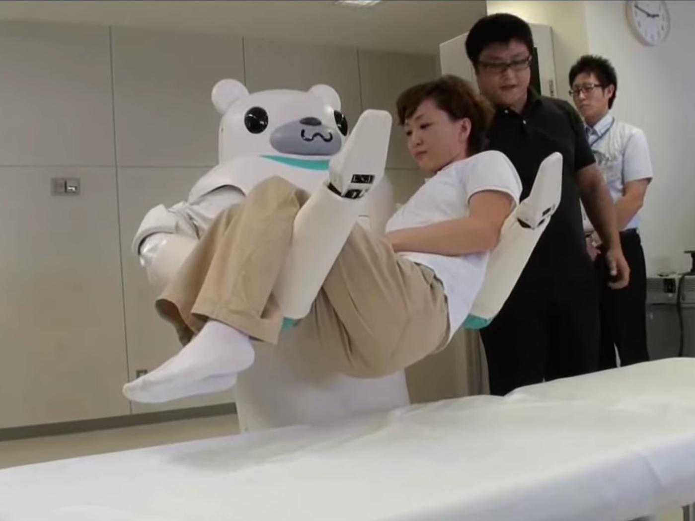 نقل ذوي الاحتياجات الخاصة والمسنين من السرير إلى الحمام إحدى أكثر المهام إلحاحاً التي تبرع فيها روبوتات تويوتا الذكية
