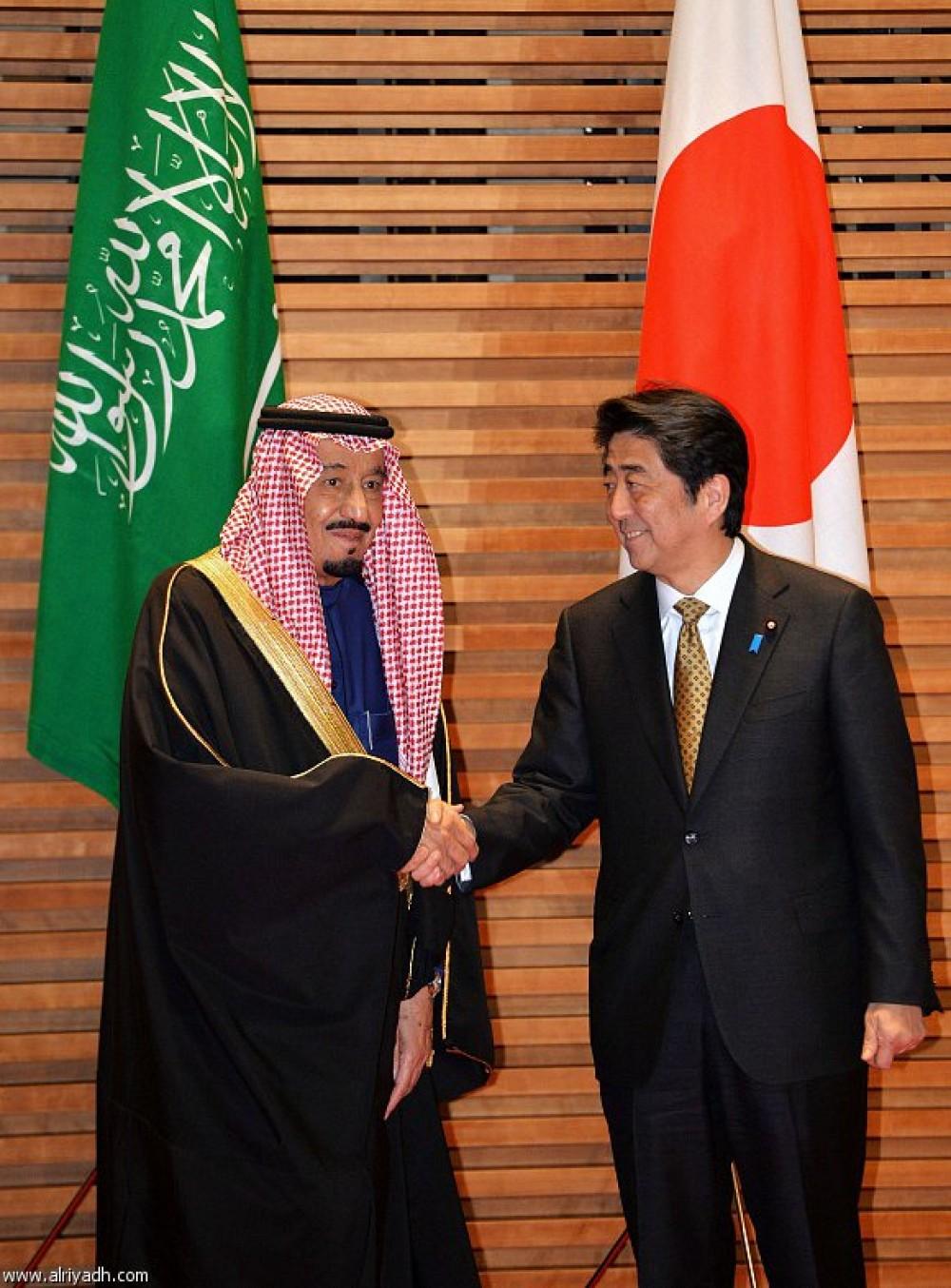 الملك سلمان مع رئيس الوزراء الياباني شينزو آبيه