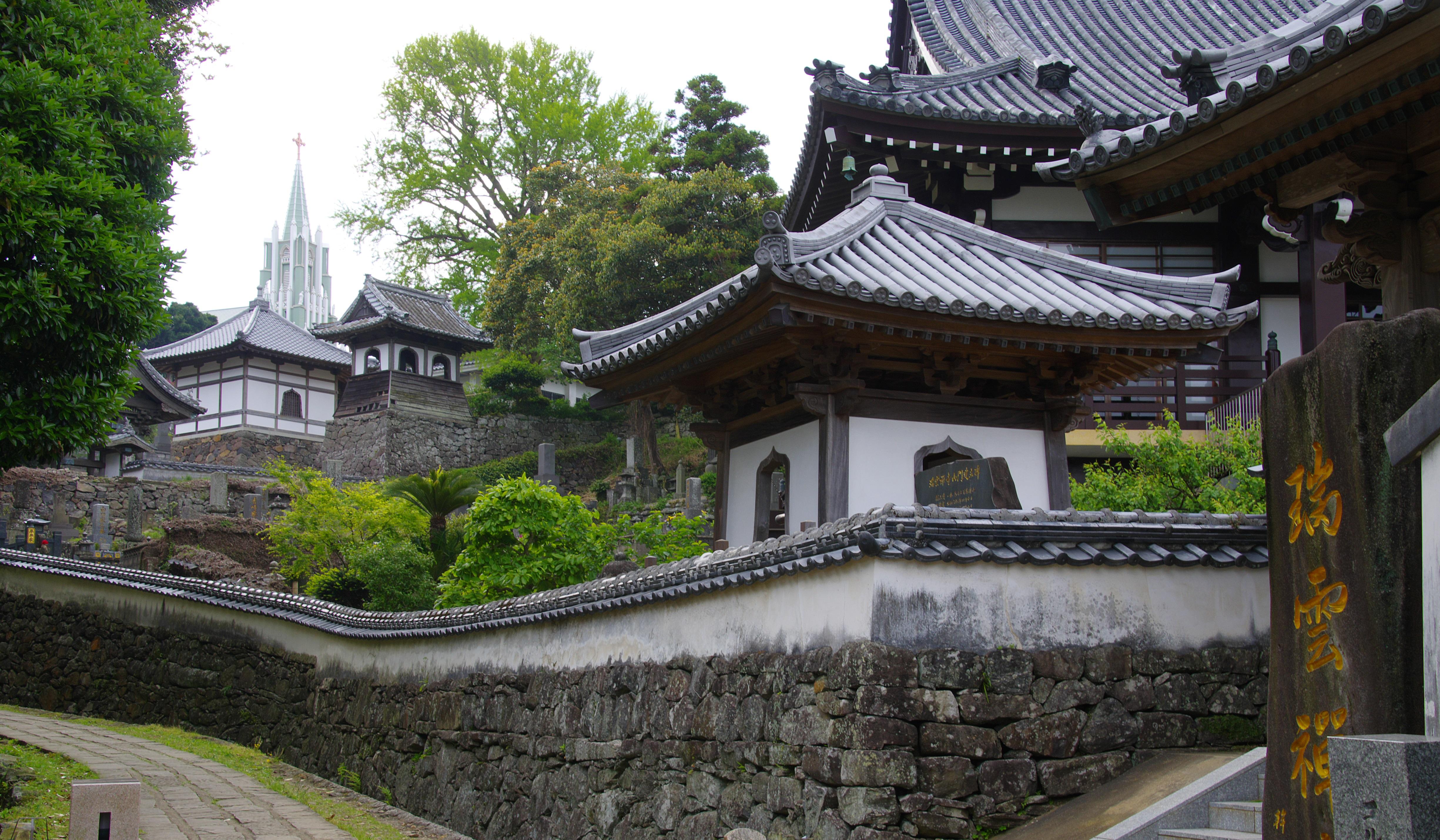 كنيسة القديس فرانسيس كسفاريوس التذكارية في مشهد واحد مع المعابد اليابانية