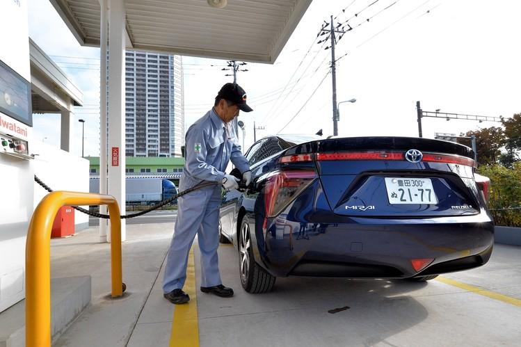 تعبئة سيارة تويوتا ميراي بالهيدروجين .. وما يخرج من العادم الماء فقط!