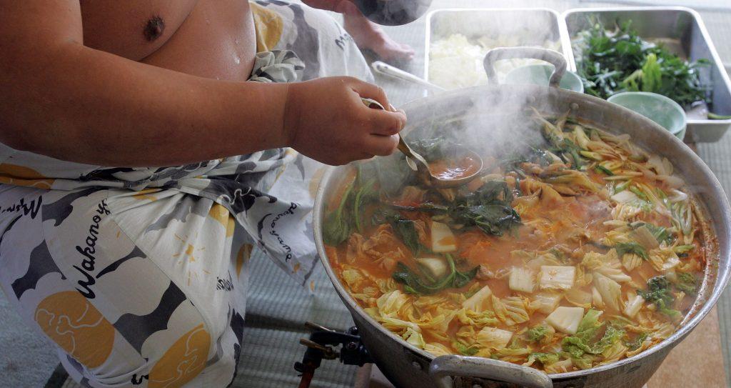 يتناول مصارعو السومو المحترفين وجباتهم الغذائية التي تمدهم بأكثر من 10 آلاف سعرة حرارية في اليوم الواحد