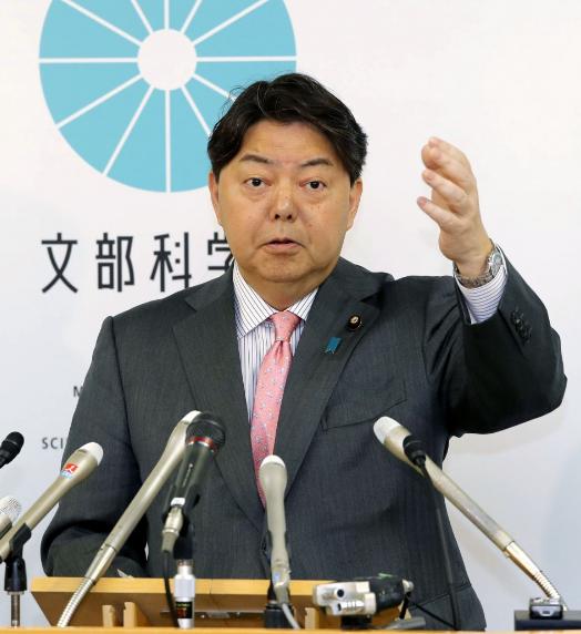 """وزير التعليم والثقافة والرياضة والعلوم والتكنولوجيا الياباني """"يوشيماسا هاياشي"""" في مؤتمر صحفي في طوكيو يوم الثلاثاء (كيودو نيوز)"""