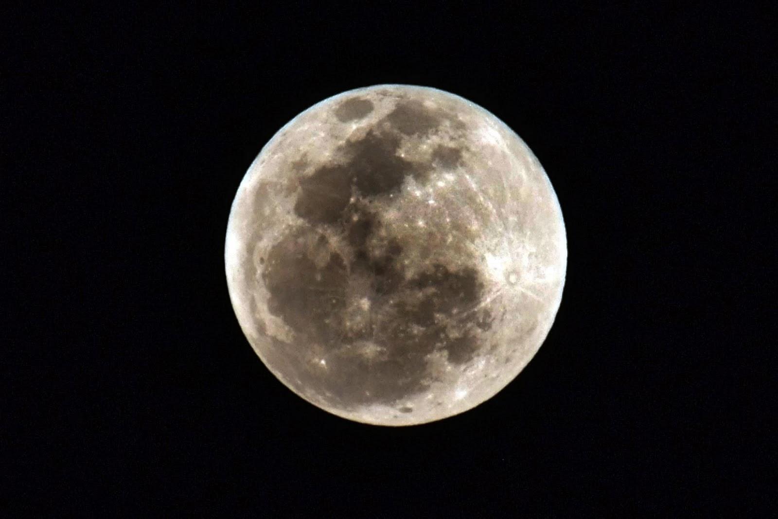 عيون اليابان على القمر