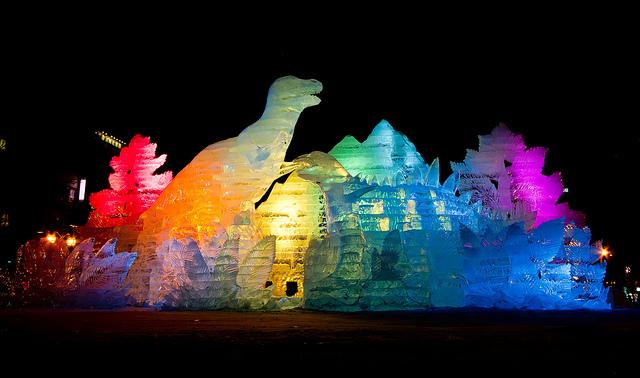 تماثيل مضاءة في مهرجان سابورو للثلج