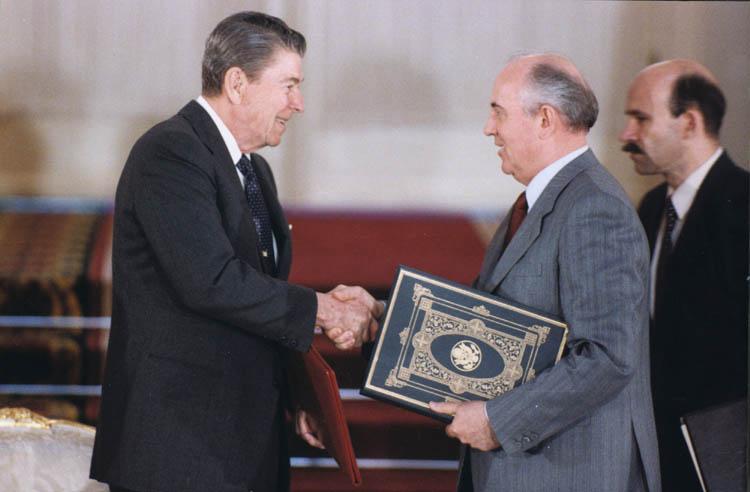 غورباتشوف و ريغان أثناء توقيع المعاهدة