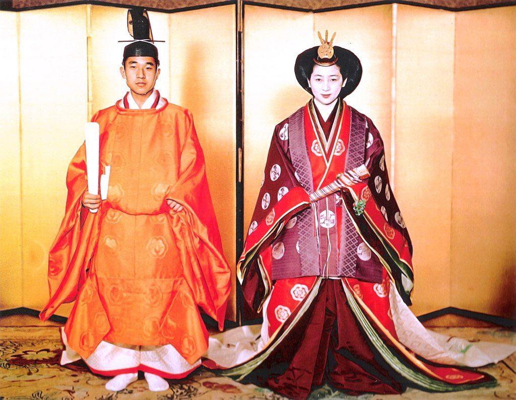 إمبراطور وإمبراطورة اليابان السابقين خلال زفافهما في عام 1959