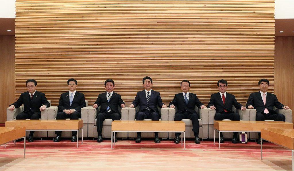 رئيس الوزراء الياباني شينزو آبيه وكابينته الوزارية