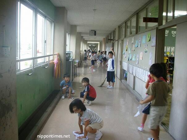 الأطفال ينظفون مدارسهم