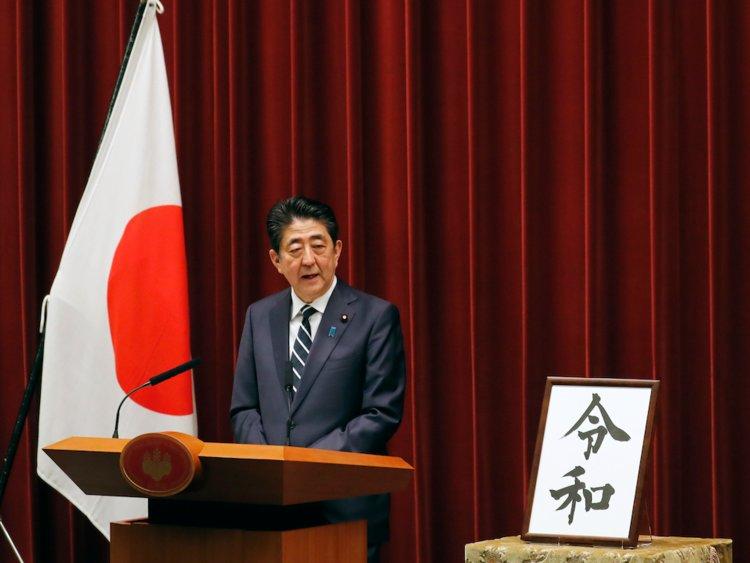 """رئيس الوزراء الياباني """"شينزو آبيه"""" يشرح للصحافة معنى اسم الحقبة الجديدة المصدر: AP"""