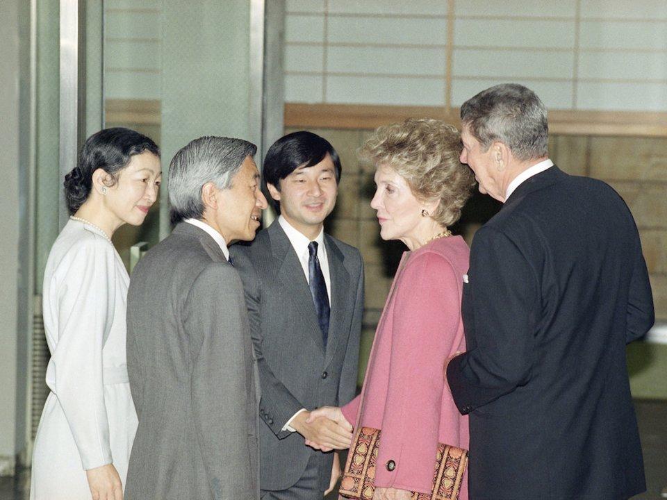 """الإمبراطور السابق """"أكيهيتو"""" مع زوجته """"ميتشيكو"""" وولي العهد الأمير """"ناروهيتو"""" آنذاك"""" يلتقي بالرئيس الأمريكي رونالد ريغان وزوجته في عام 1989 – المصدر AP"""