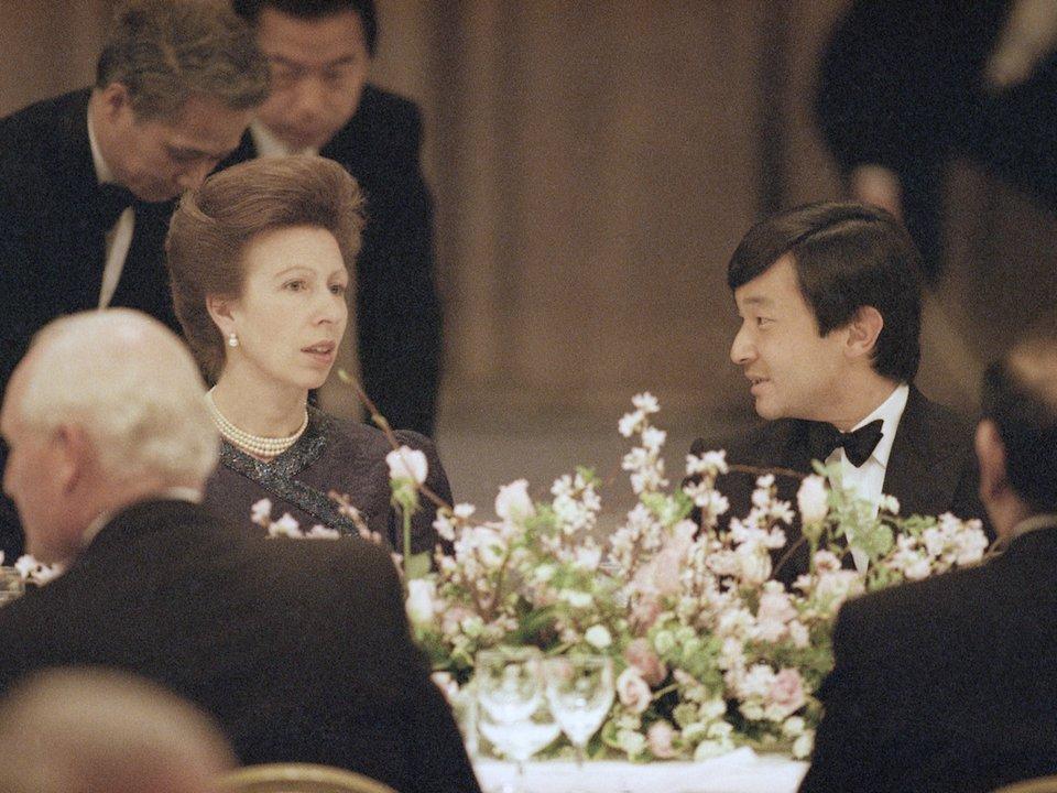 """ولي العهد الأمير """"ناروهيتو"""" يجلس مع الأميرة """"آني"""" ابنة الملكة """"إليزابيث"""" الثانية في حفل عام 1991 في طوكيو - المصدر: AP"""