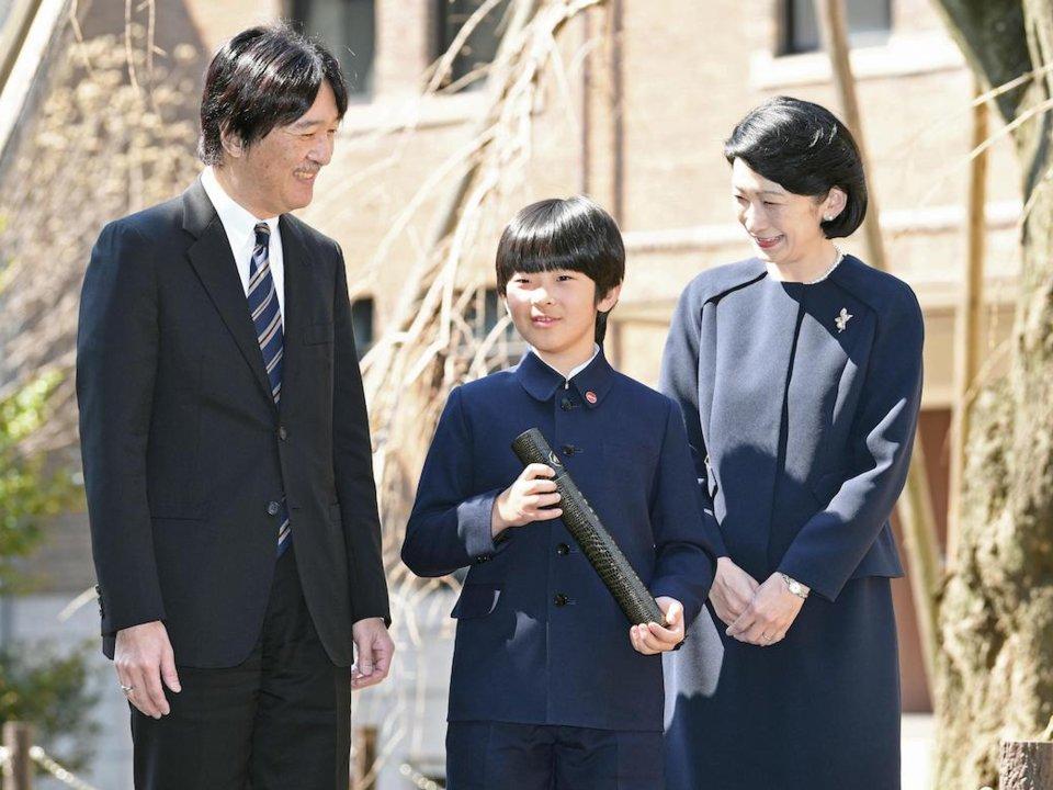 الأمير فوميهيتو وزوجته كيكو مع ابنهما الأمير هيساهيتو في عام 2019 المصدر وكالة كيودو
