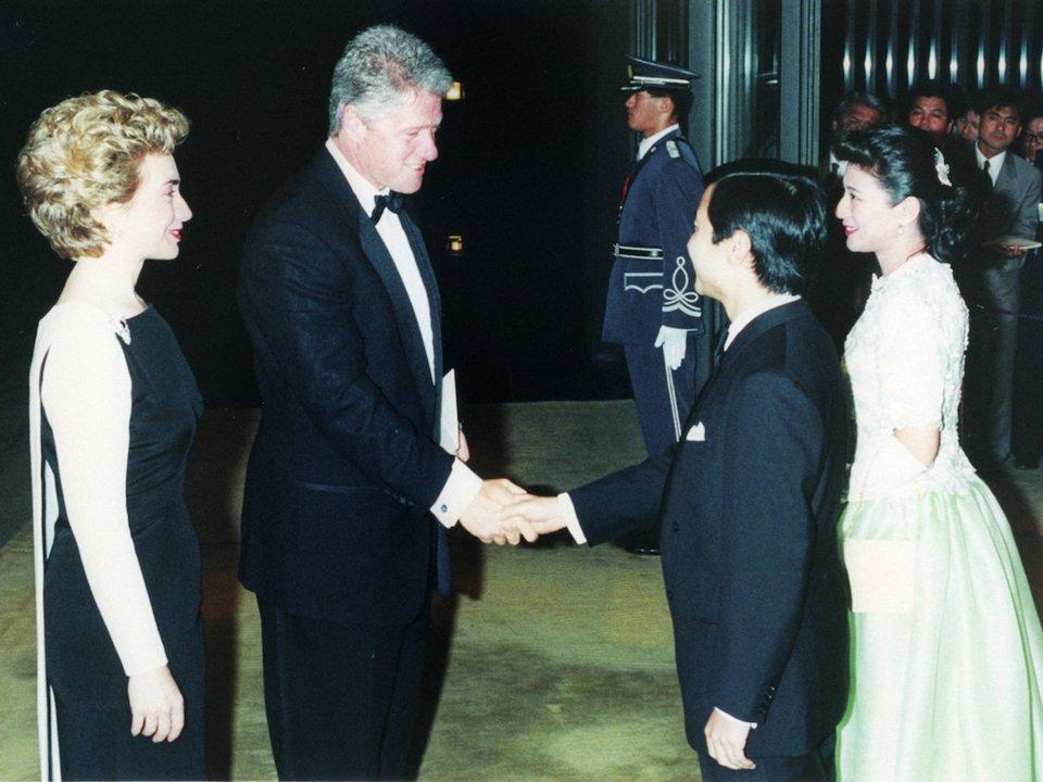 الأمير وولي العهد ناروهيتو والأميرة ماساكو يلتقون بالرئيس الأمريكي وزوجته بيل وهيلاري كلينتون عام 1993.. المصدر: AP