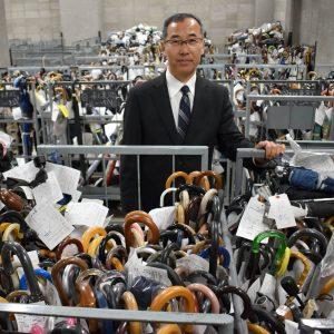 الصورة لشوجي أوكوبو، مدير قسم المفقودات لدى شرطة قطاع طوكيو وأمامه الكثير من المظلات التي تنتظر أصحابها ليطالبوا بها - عبر ساتوكو كاواساكي