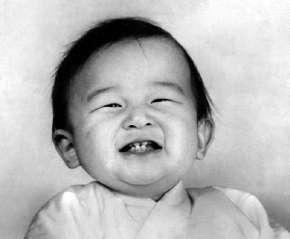 صورة لإمبراطور اليابان الجديد في عام 1961 بعد ولادته بعام.