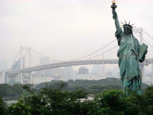تمثال الحرية في جزيرة أودايبا في خليج طوكيو