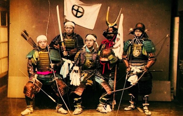 صورة حقيقية لمحاربي الساموراي وهم يحملون سيوفهم على جانبهم الأيسر