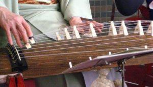 طريقة العزف على آلة الكوتو