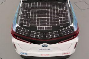 لوحة تحتوي على خلايا شمسية مثبتة على طراز تويوتا الجديد