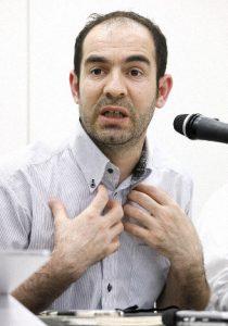 طالب اللجوء الكردي محمد كولاك يتحدث في مؤتمر صحفي عبر صحيفة ماينيتشي
