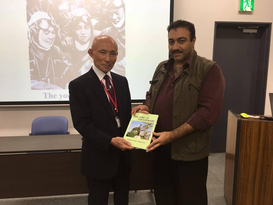 مع العقيد المتقاعد في الجيش الياباني، تاكيشي كاواتوكو، ومؤلف كتاب فكر الكاميكازي