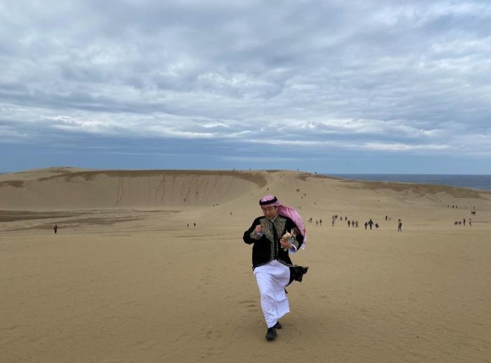 كثبان توتوري الرملية وخلفها البحر