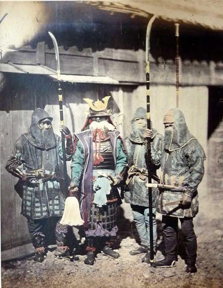 صورة قديمة من عام 1870 للساموراي بينما يحملون رمح ناغيناتا المقوس